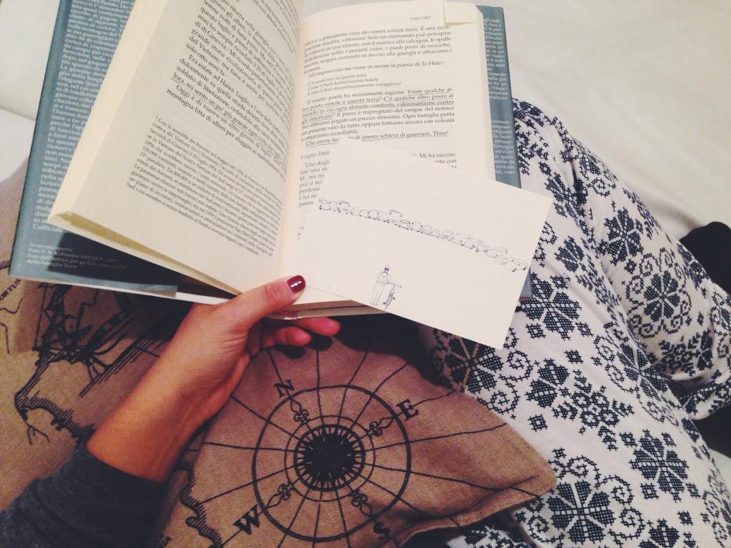 Libro stupendo, pigiama improbabile, silenzio perfetto. Casa. La felicità è molto simile a questa domenica sera.