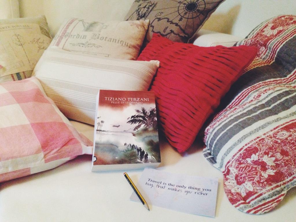 Tornata a casa da un gran weekend. Dopo una doccia lunghissima mi aspettano questi cuscini ciccioni e questo libro gustoso