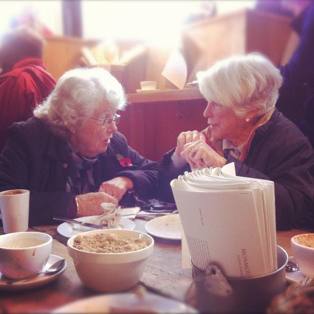 vecchine che fanno colazione al borough market