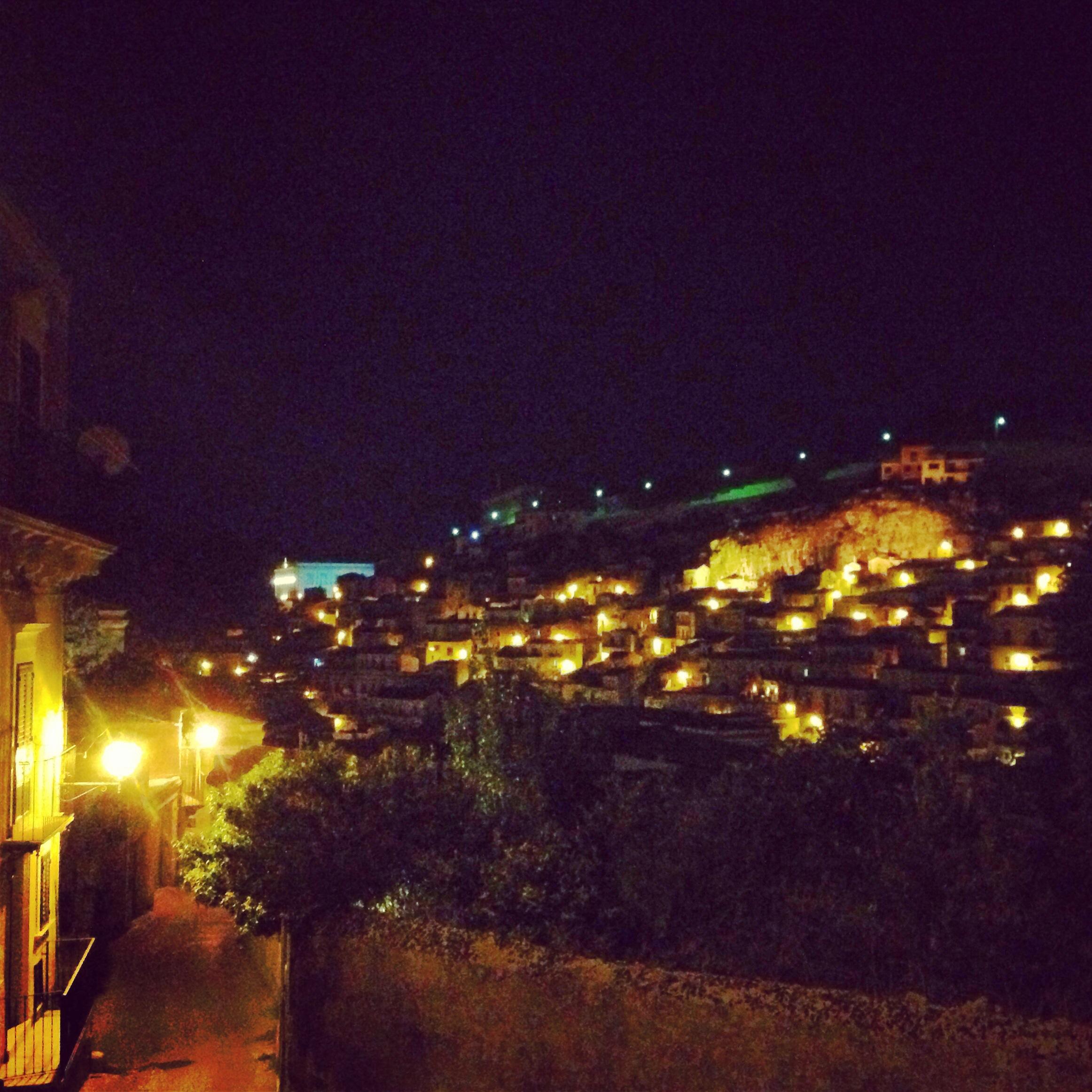 modica di notte illuminata, sicilia