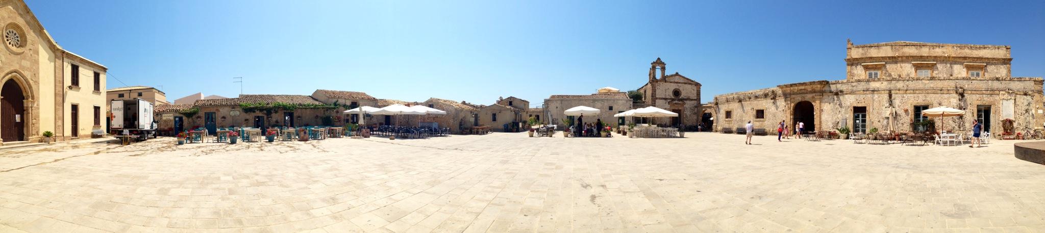 panoramica piazza regina margherita, marzamemi, sicilia