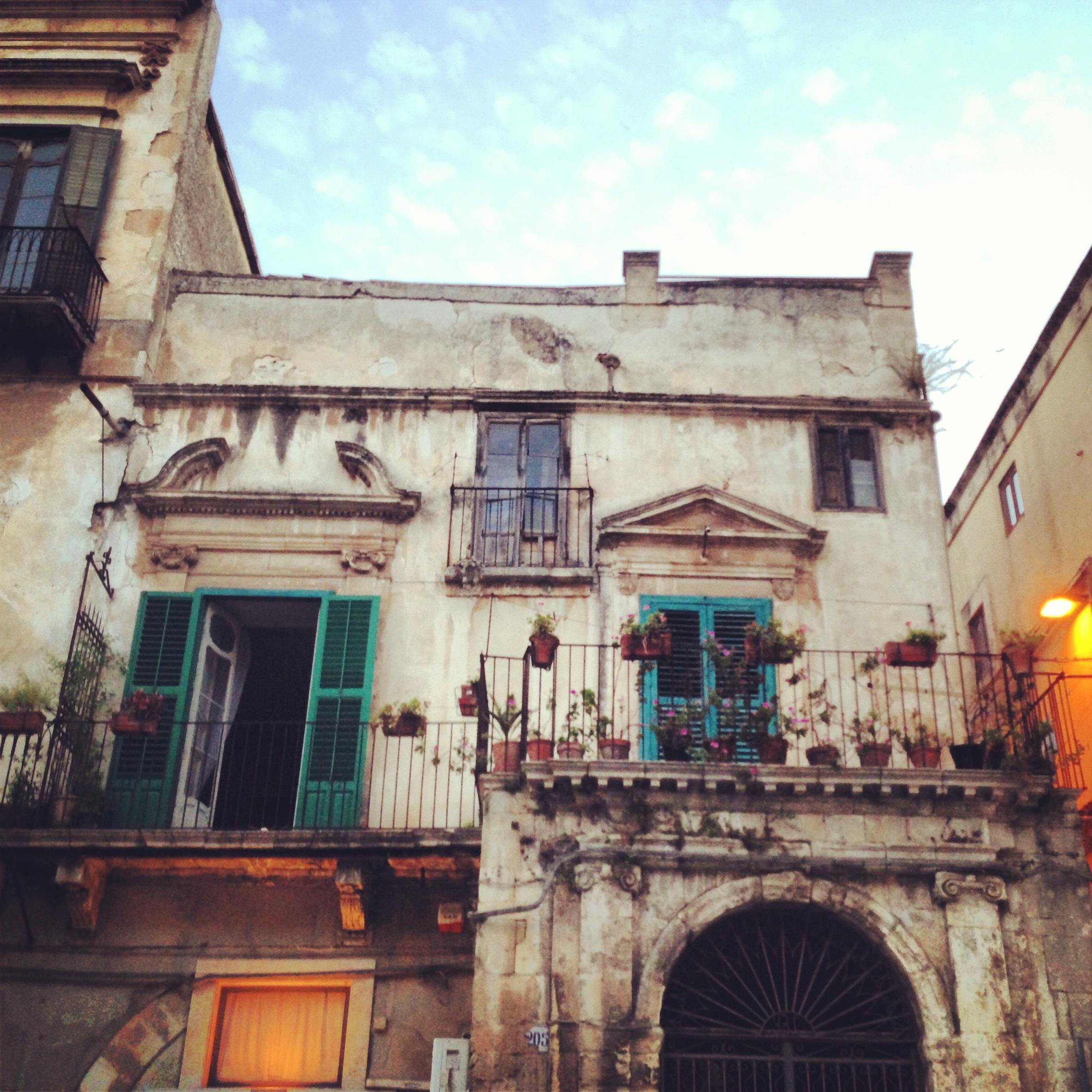 scorcio di modica al tramonto illuminata, sicilia