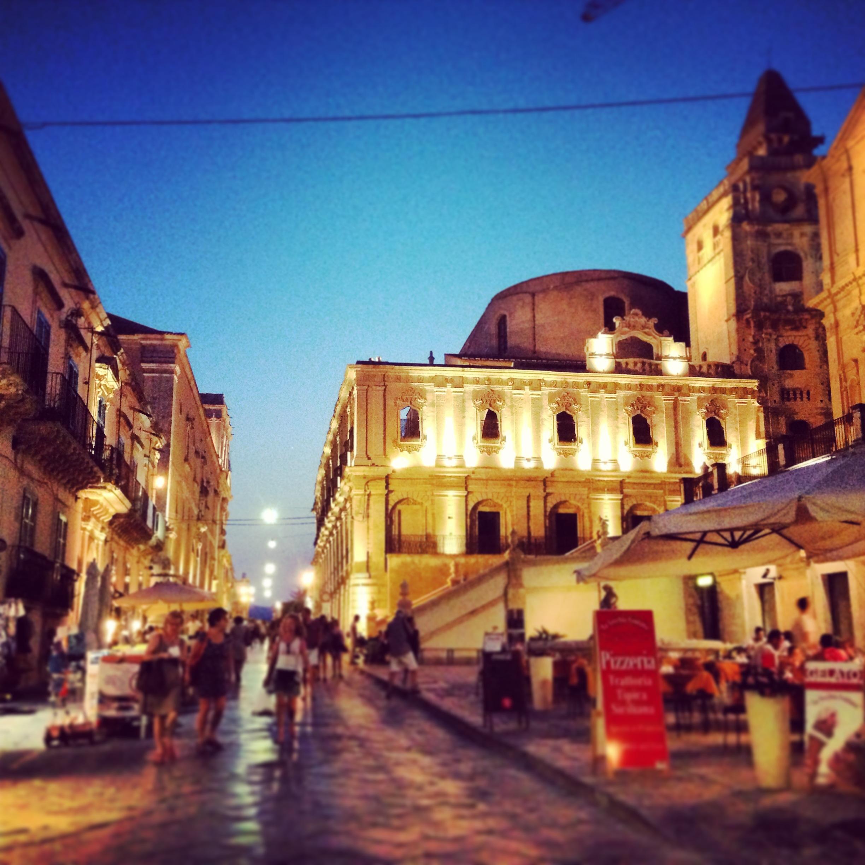 sera, noto illuminata, sicilia