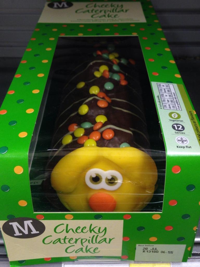 la torta a forma di millepiedi con la faccia terrorizzata.