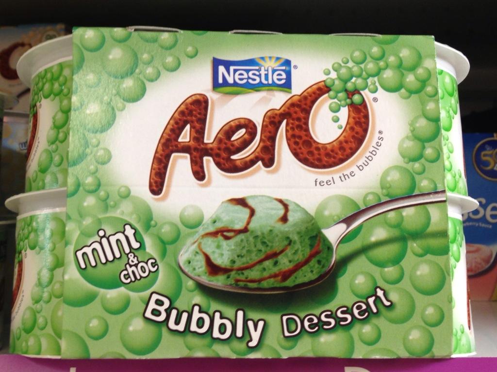 una schiuma verde e marrone che spacciano per dessert menta e cioccolato