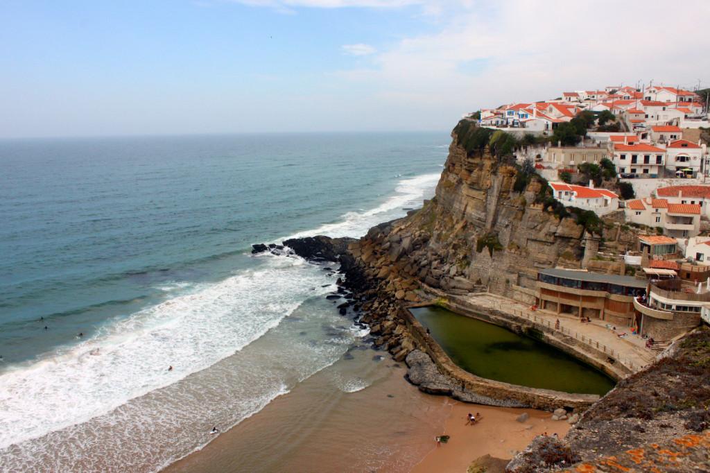 Azenhas do mar, le casine bianche, i tetti rossi e l'oceano blu