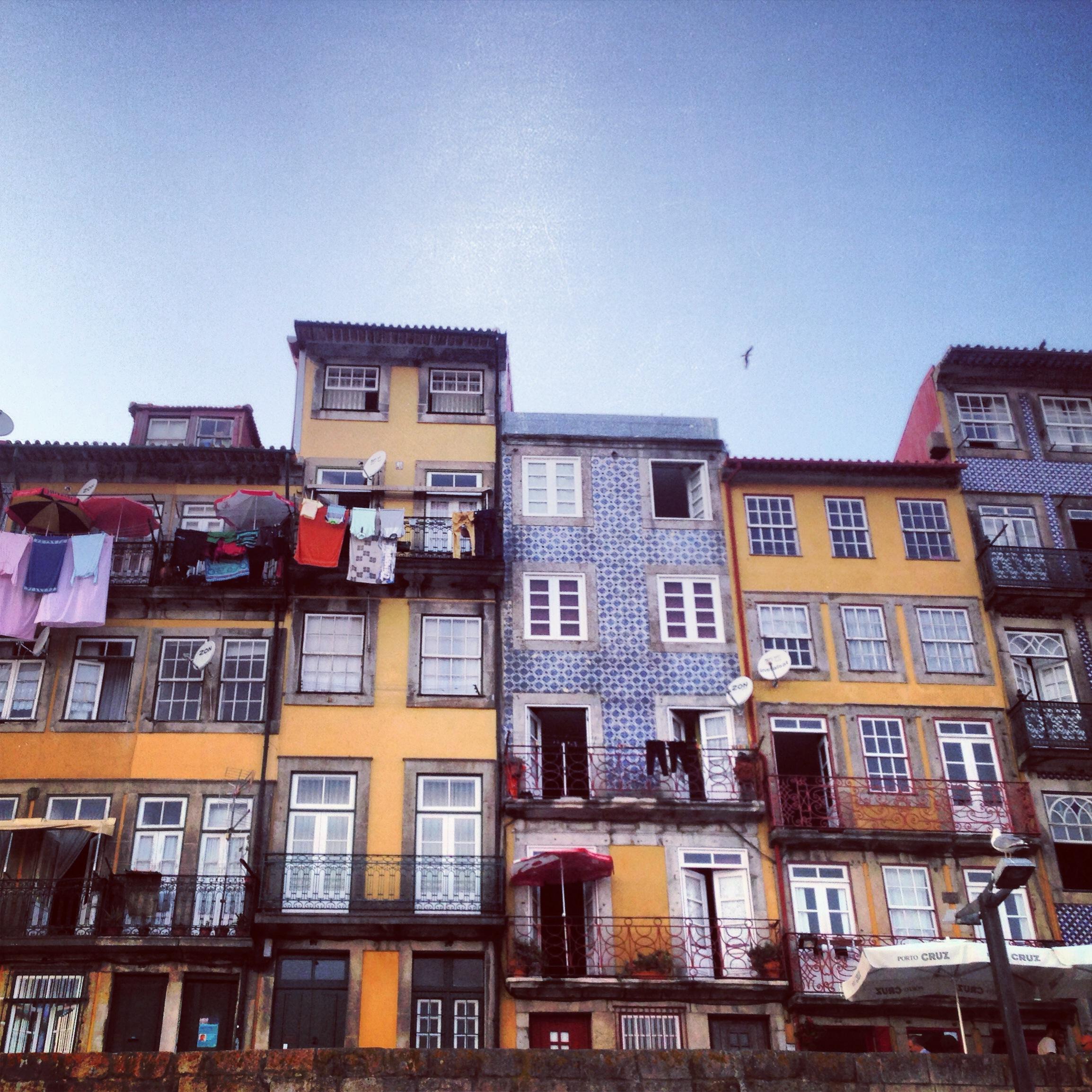 casettine sul fiume con gli azulejos, porto
