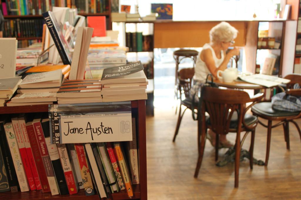 Book in a bar, uno splendido café che serve libri insieme ai croissant