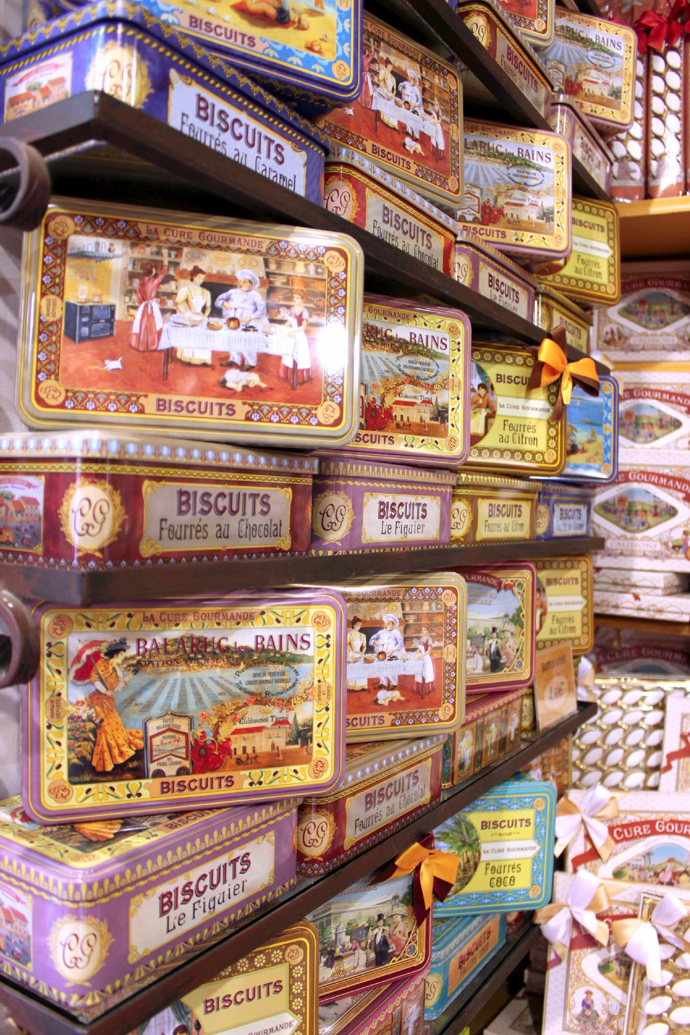 Biscotti francesi in scatole di latta