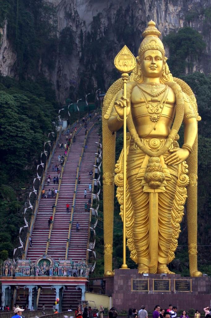 Batu Caves - statua dorata dio murugan