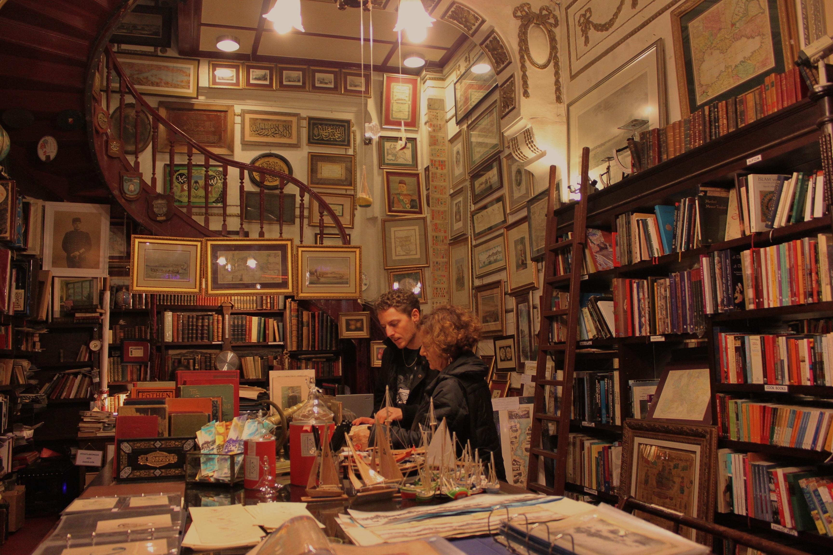 Libreria antica nel centro moderno di Istanbul