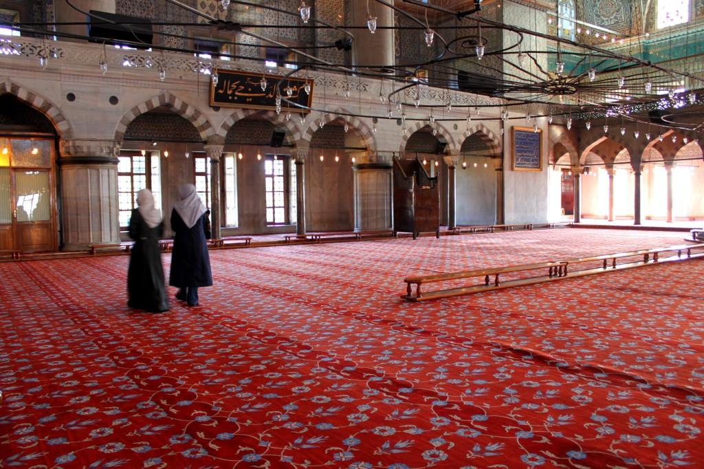 Chiacchiere dentro alla Moschea Blu