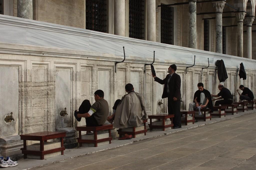 La purificazione prima di entrare nella moschea