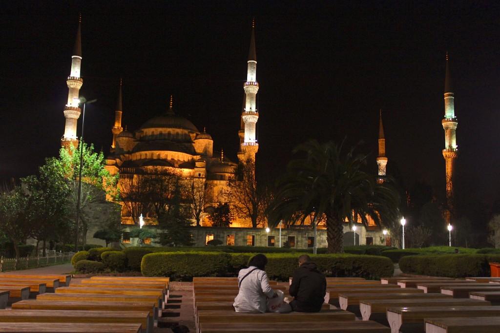 Spuntino di mezzanotte davanti all'Hagia Sofia