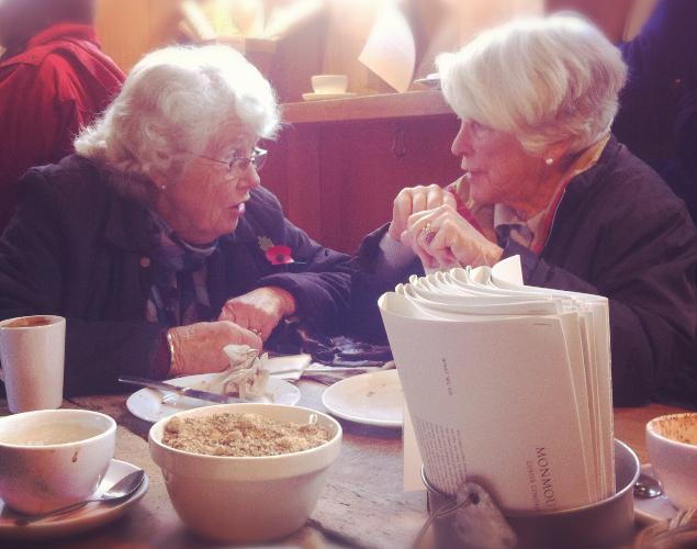 Due signore inglesi che fanno colazione al Monmouth Coffee al Borough Market