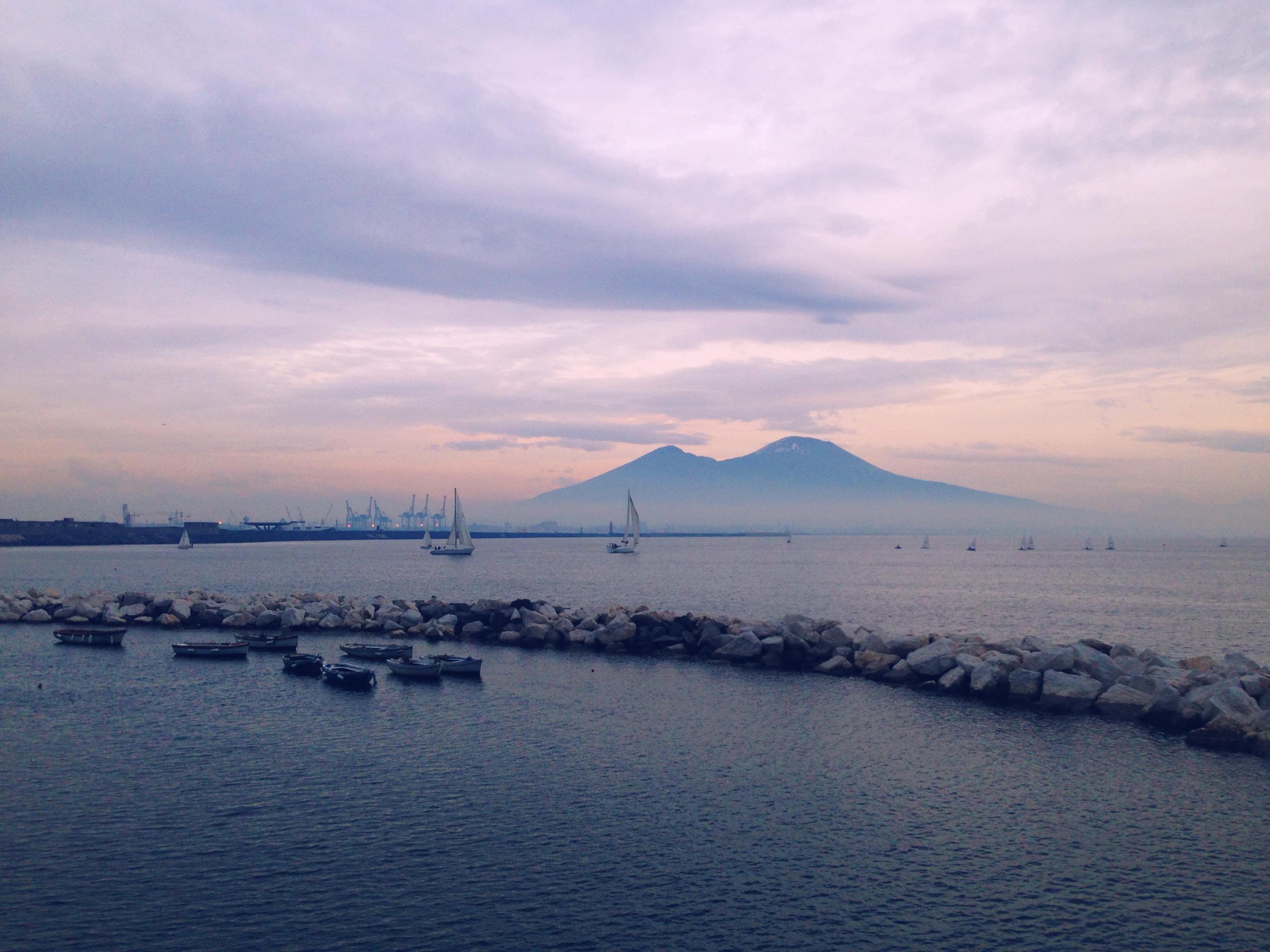 il golfo di Napoli, il vesuvio, il mare
