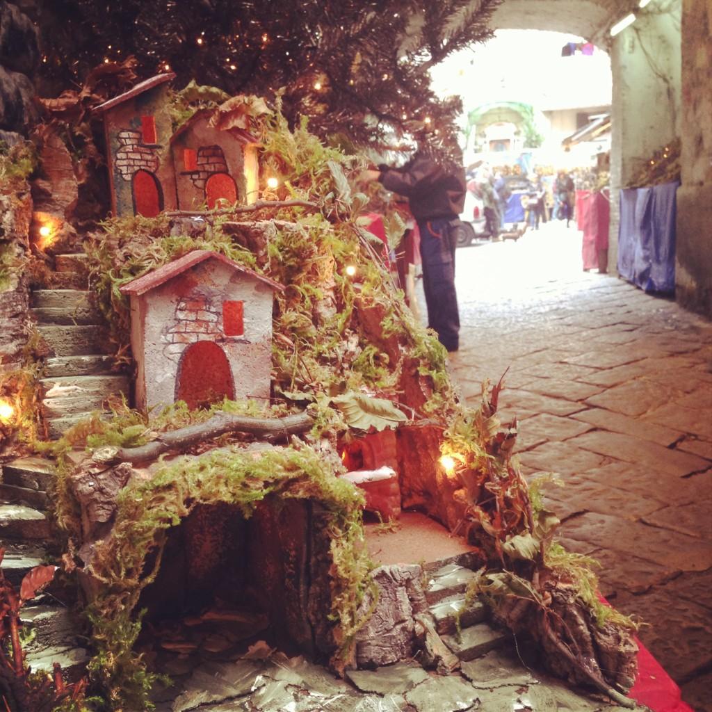 napoli, san gregorio armeno a dicembre, i presepi