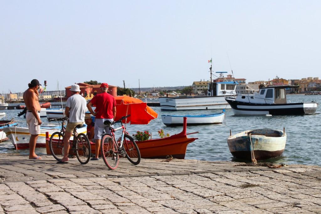 Il porto di Marzamemi, di giorno