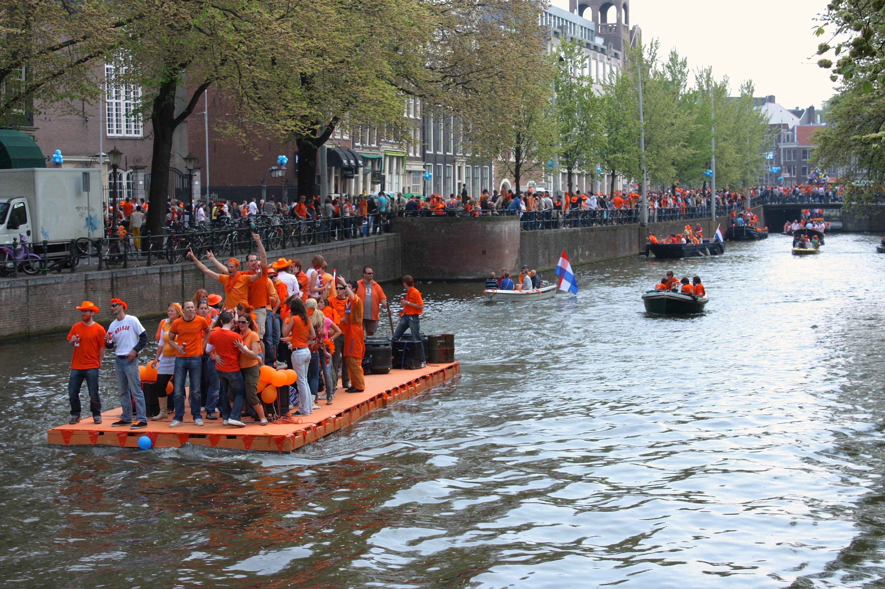 carri sull'acqua per la festa del re ad amsterdam
