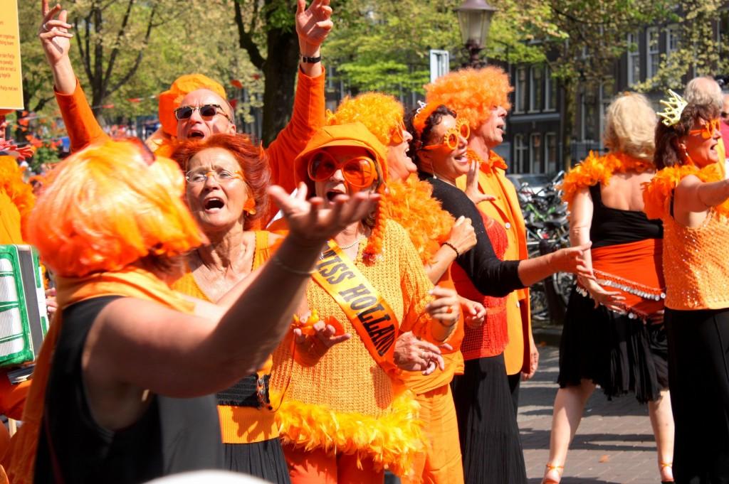 festeggiamenti sul canale di amsterdam in arancione per la festa della regina