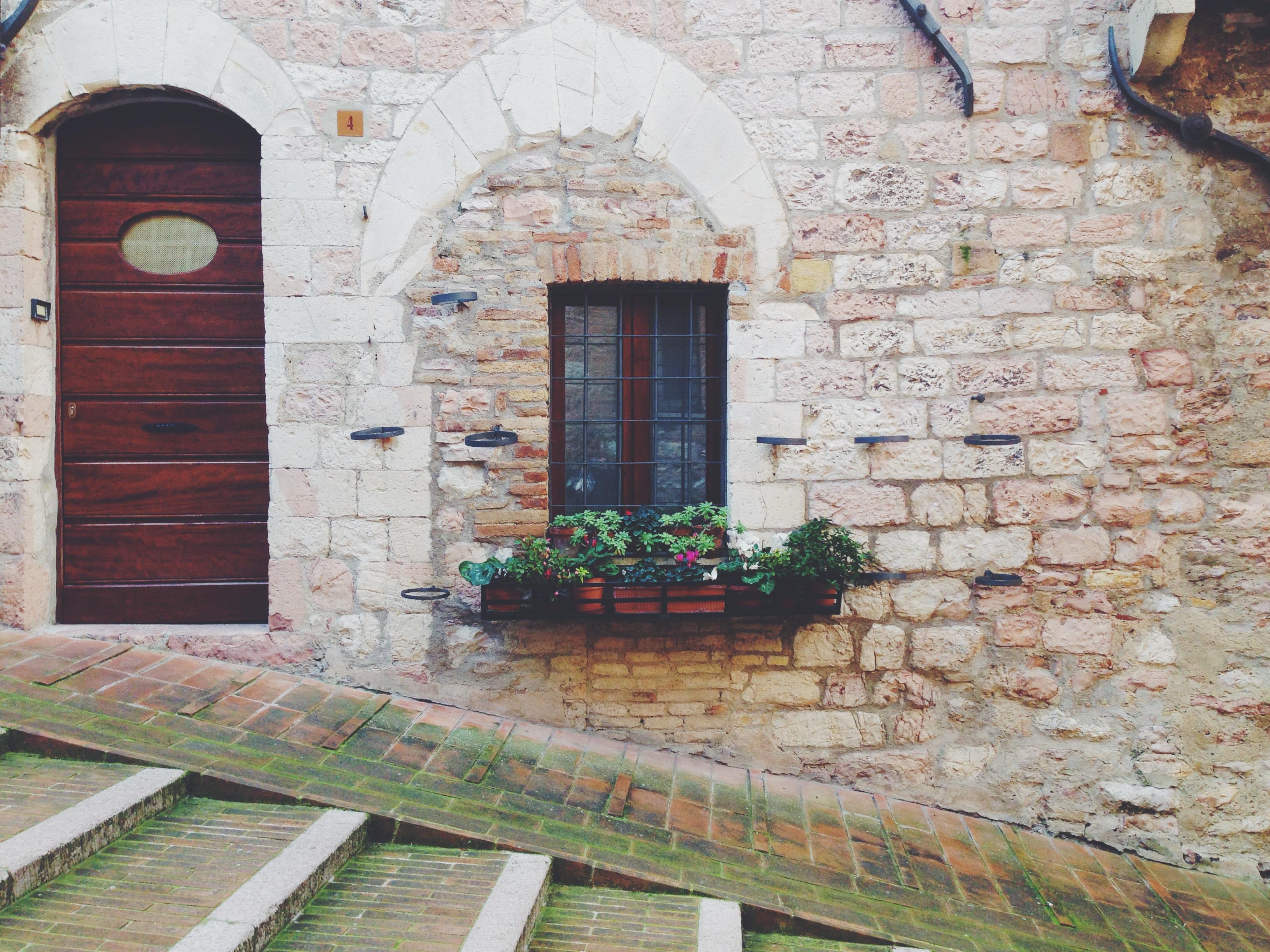 Geometrie (in una soleggiata e deserta Assisi)