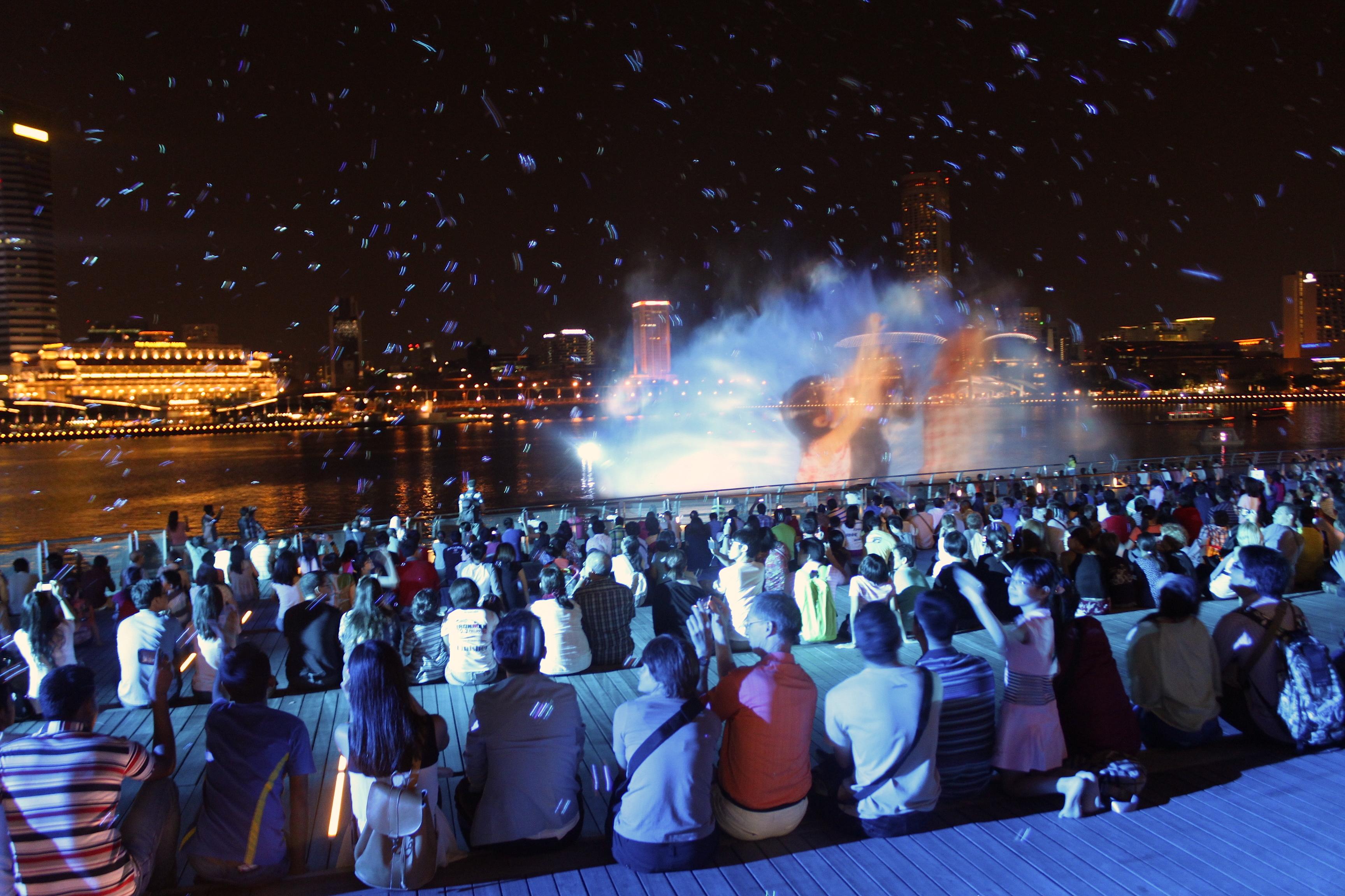 Lo spettacolo delle fontane davanti al Marina Bay