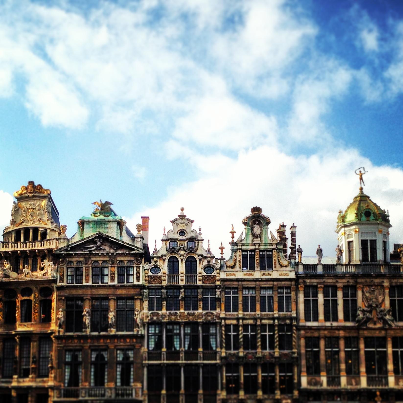 La Grand Place e il cielo azzurro