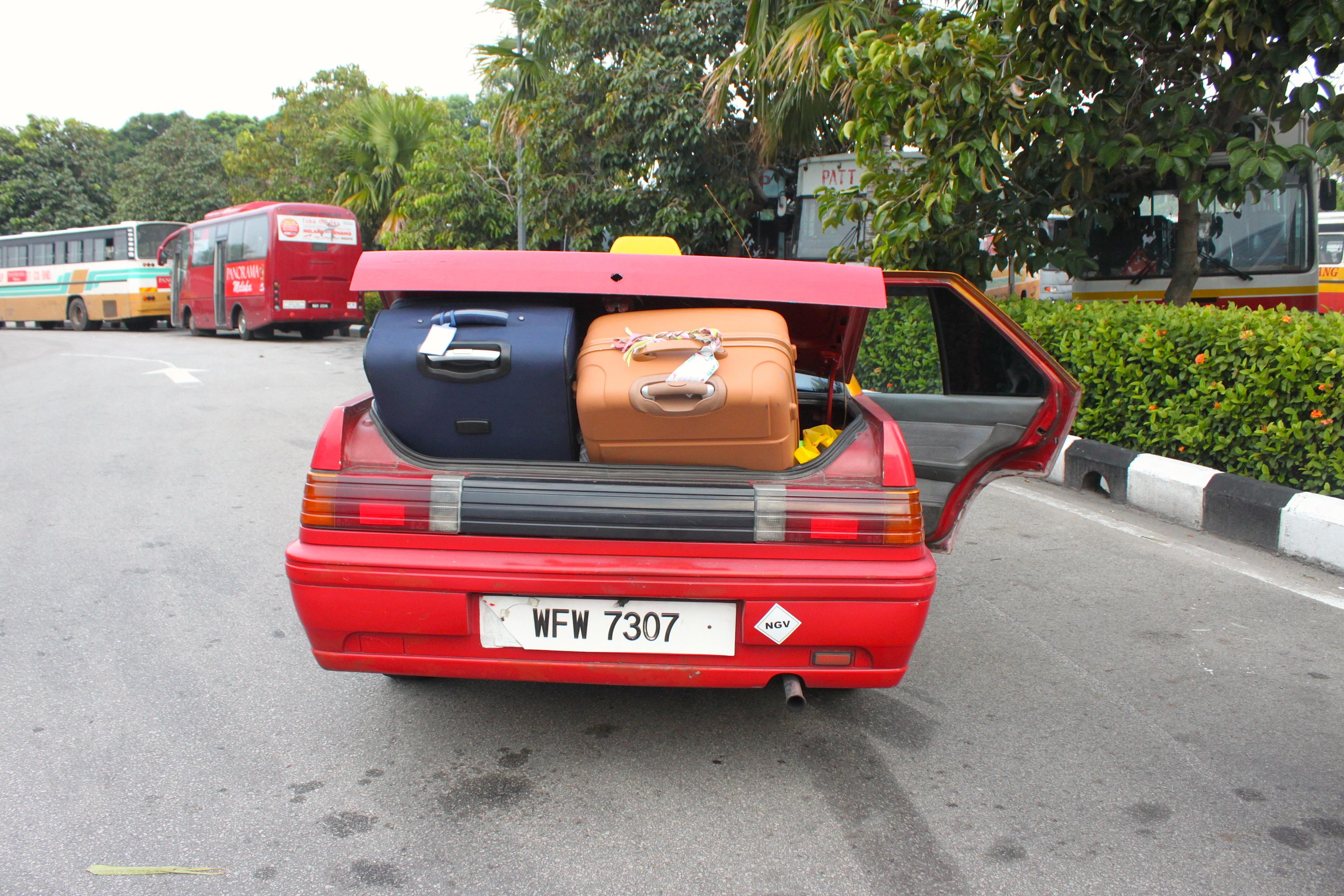 Quando nel bagagliaio del taxi le valigie non ci stanno, ci stanno