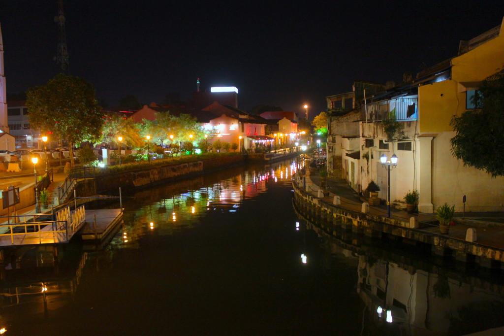 Le luci della sera sul fiume