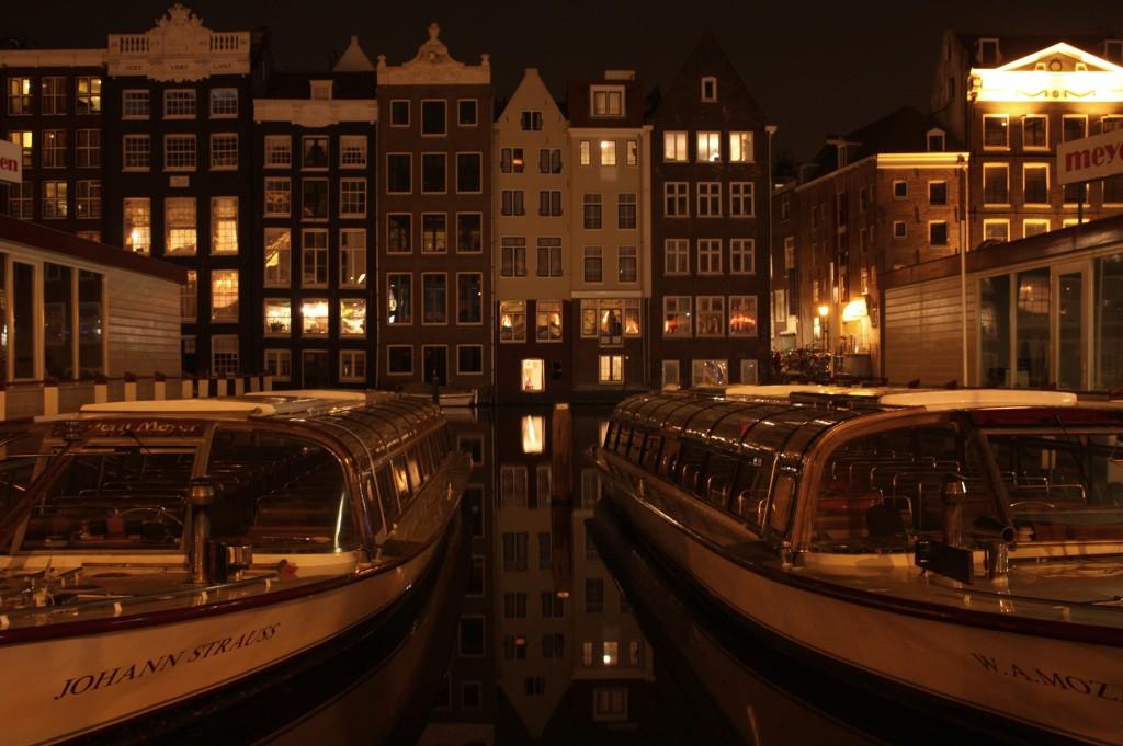 La quiete dei canali di notte, a due passi dal quartiere a luci rosse