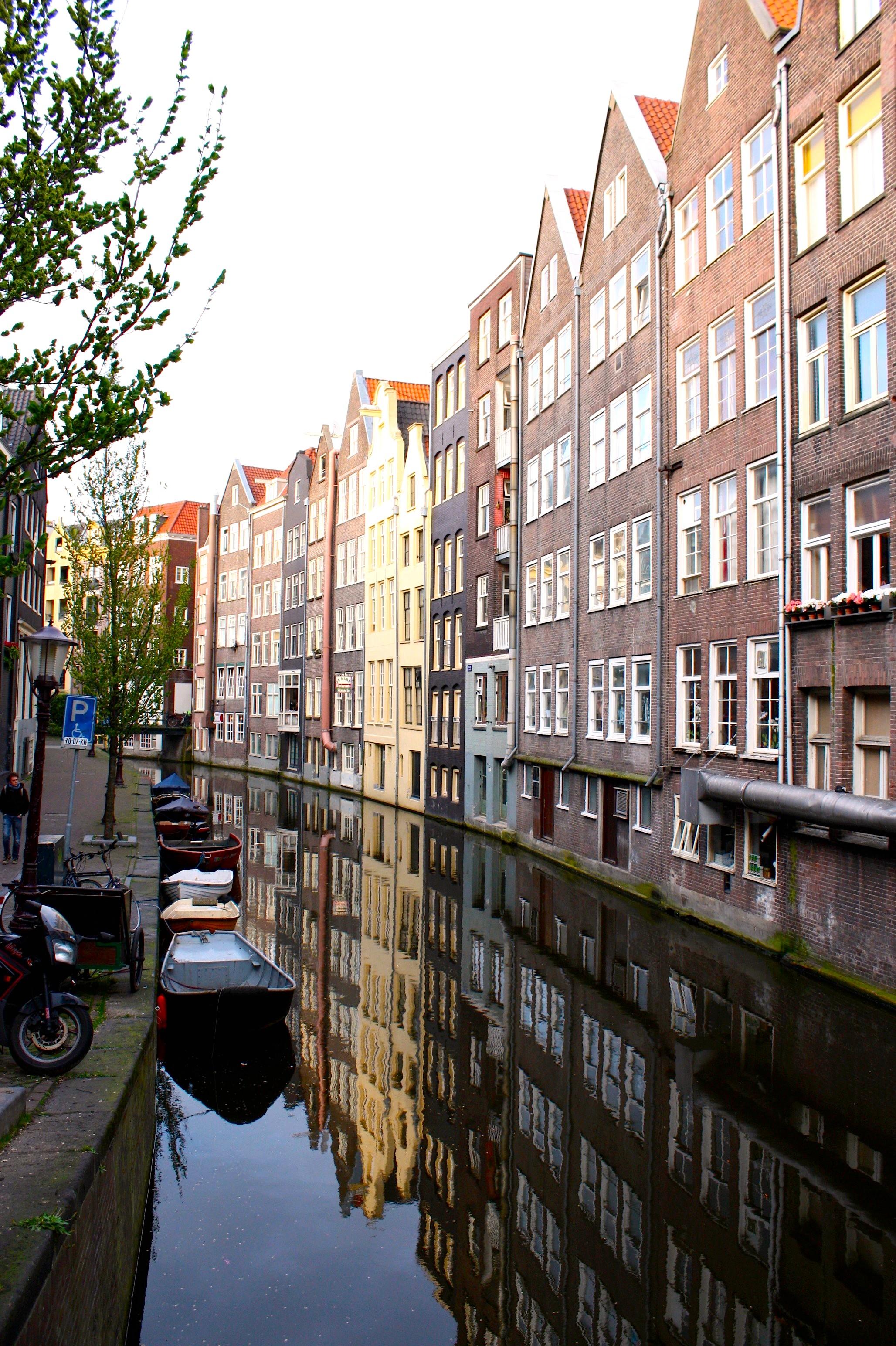 La città si sdoppia specchiandosi sui canali