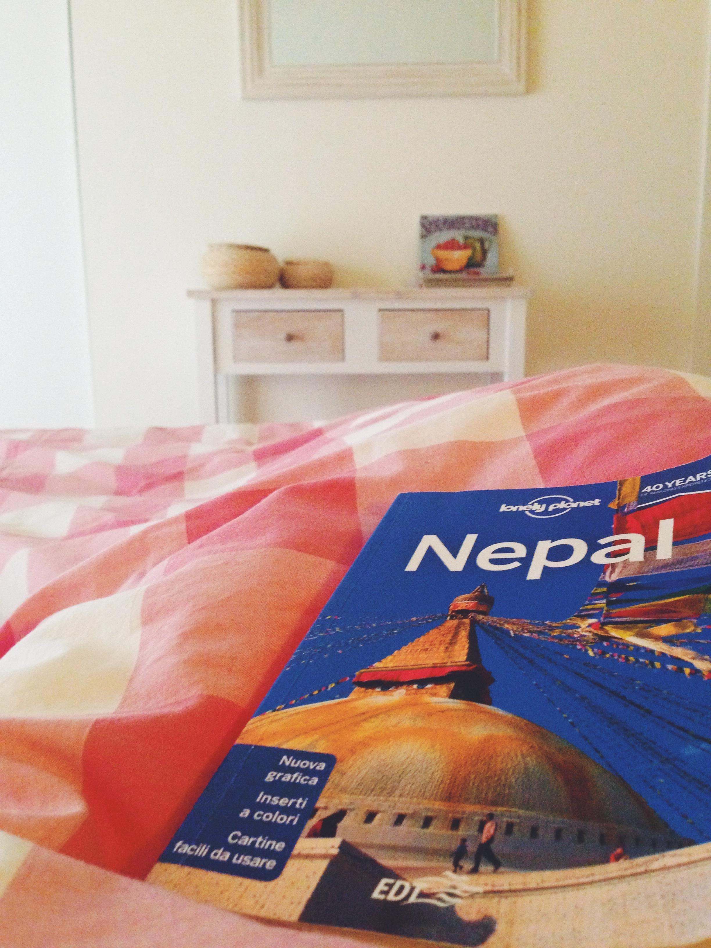 Stesa nel letto sotto il piumone a studiare la Lonely del Nepal