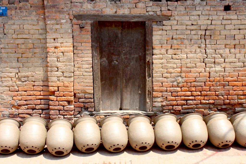 Davanti a ogni porta ci sono i vasi lasciati ad asciugare