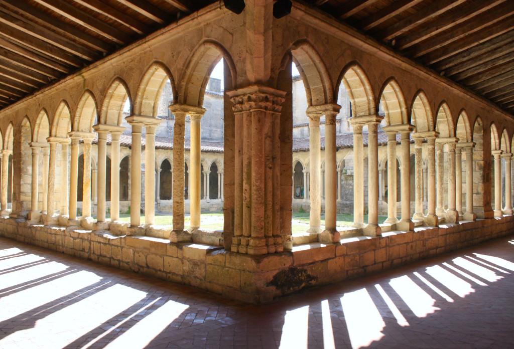 L'armonia architettonica del chiostro della Collegiata