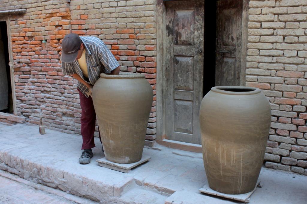 I vasi vengono levigati con i palmi delle mani
