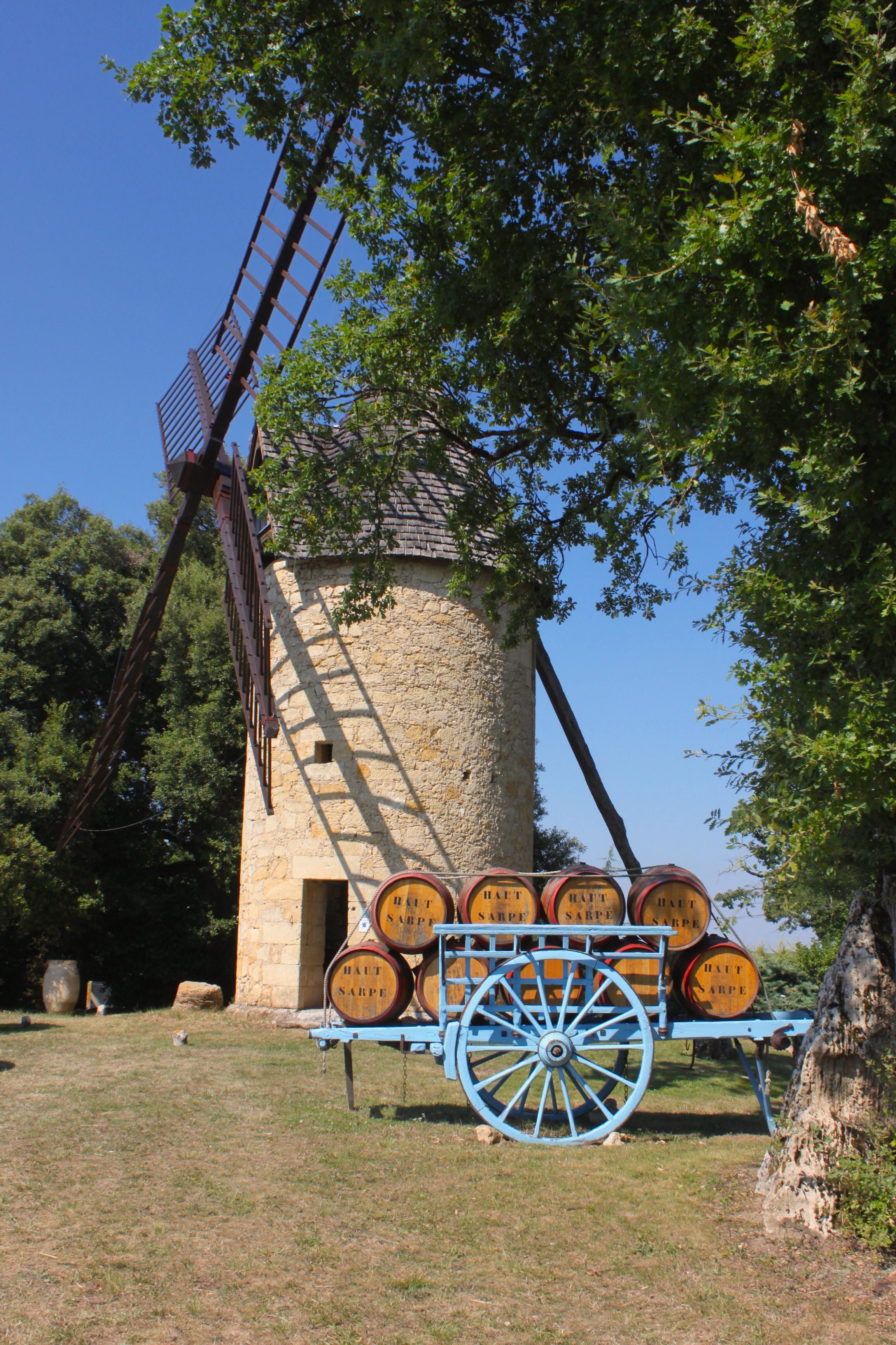 Mulini, carretti azzurri e botti di vino nella campagna francese