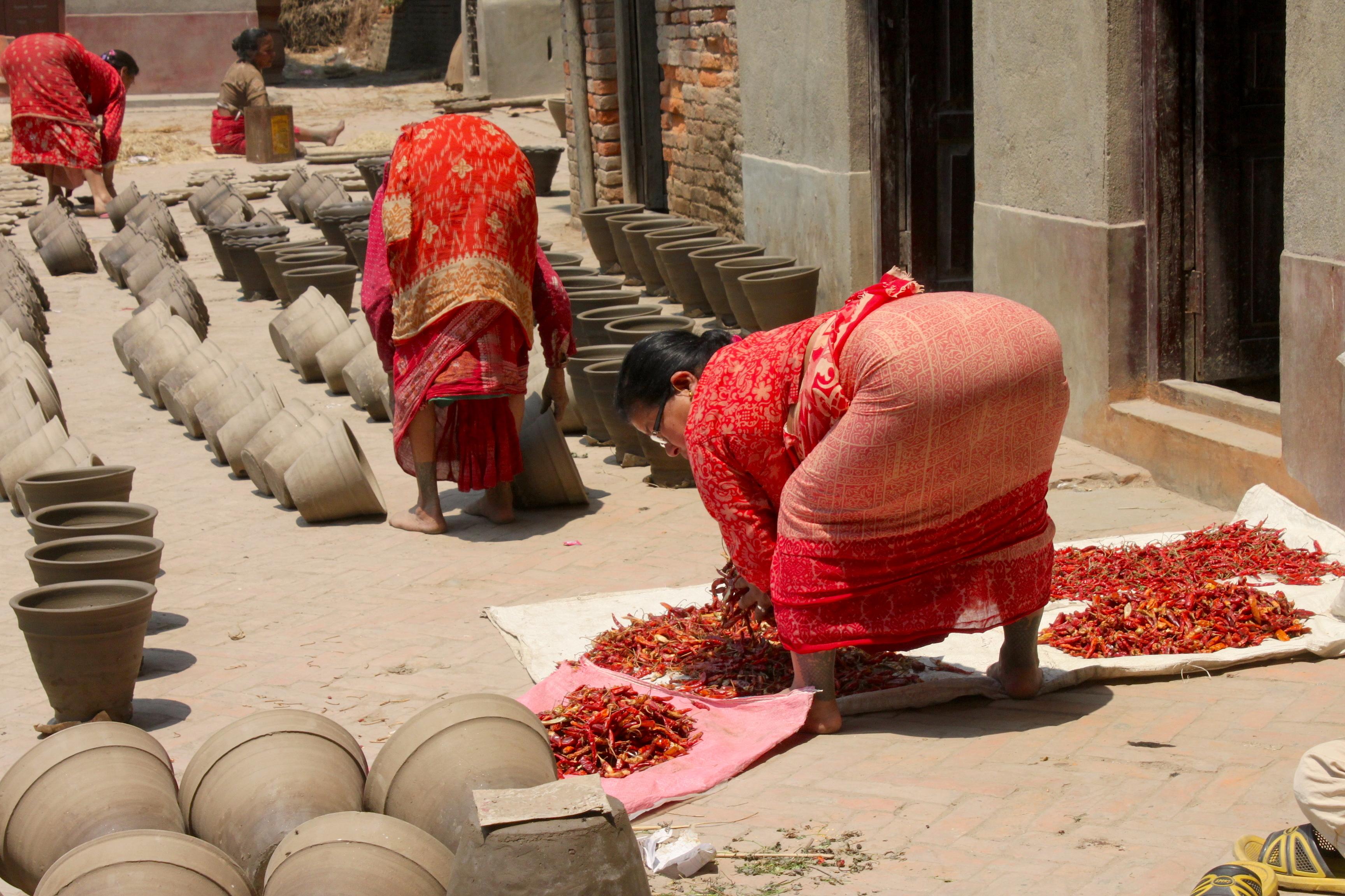 Donne che lavorano, sempre loro, chine tutto il giorno sotto al sole, sempre colorate