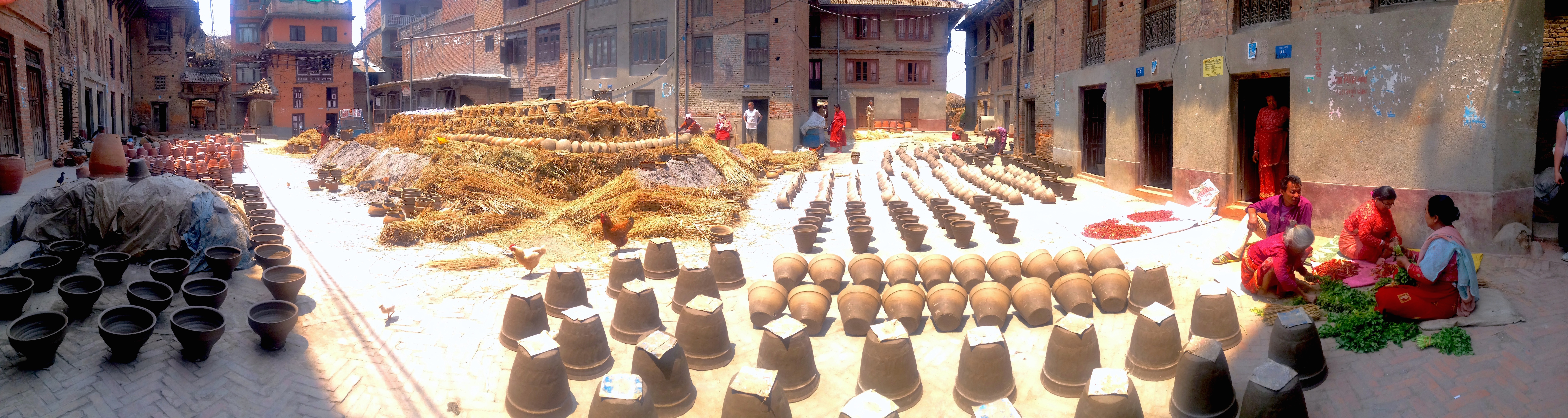Il forno gigantesco creato in piazza per cuocere i vasi di tutto il paese