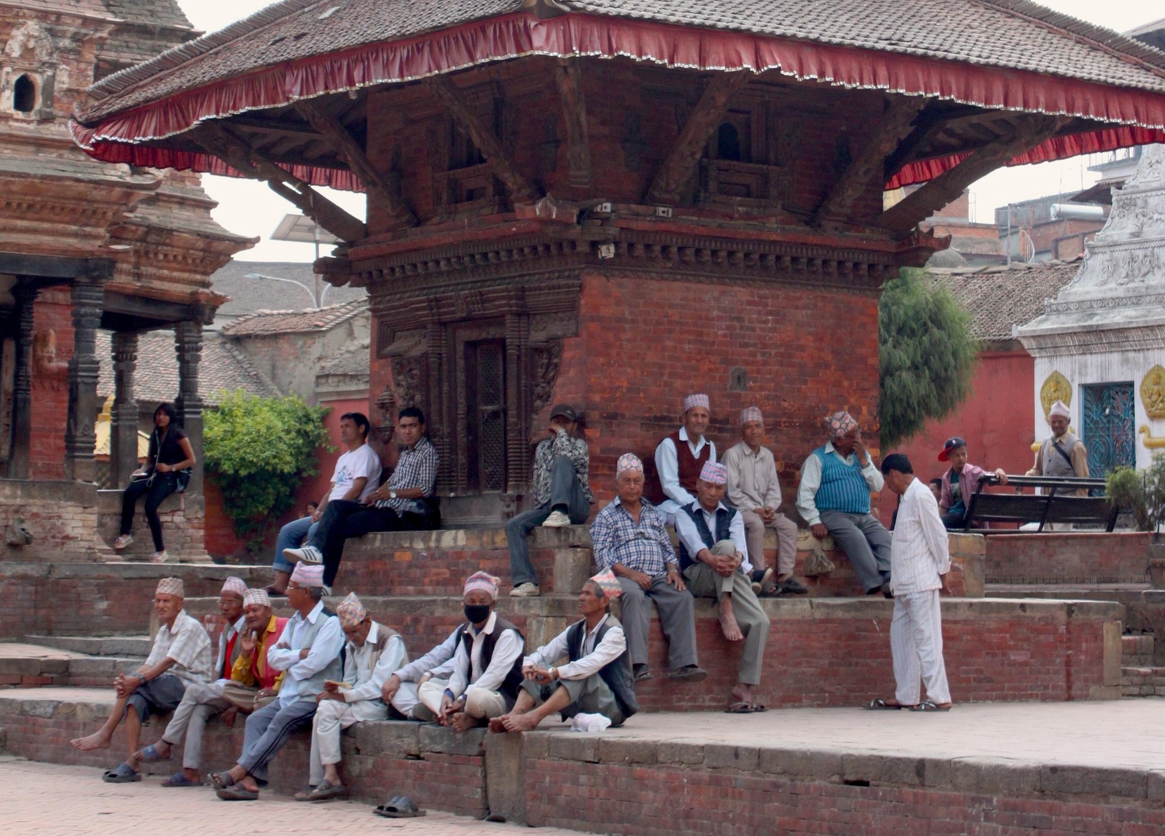 gli uomini in nepal oziano all'ombra dei templi