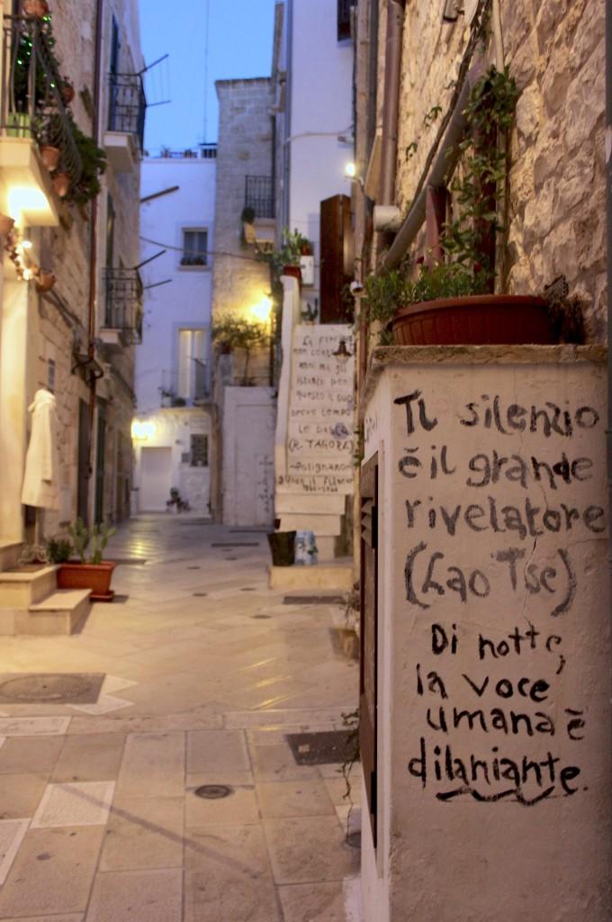 Il silenzio è il grande rivelatore, le bellissime frasi scritte sui muri a Polignano