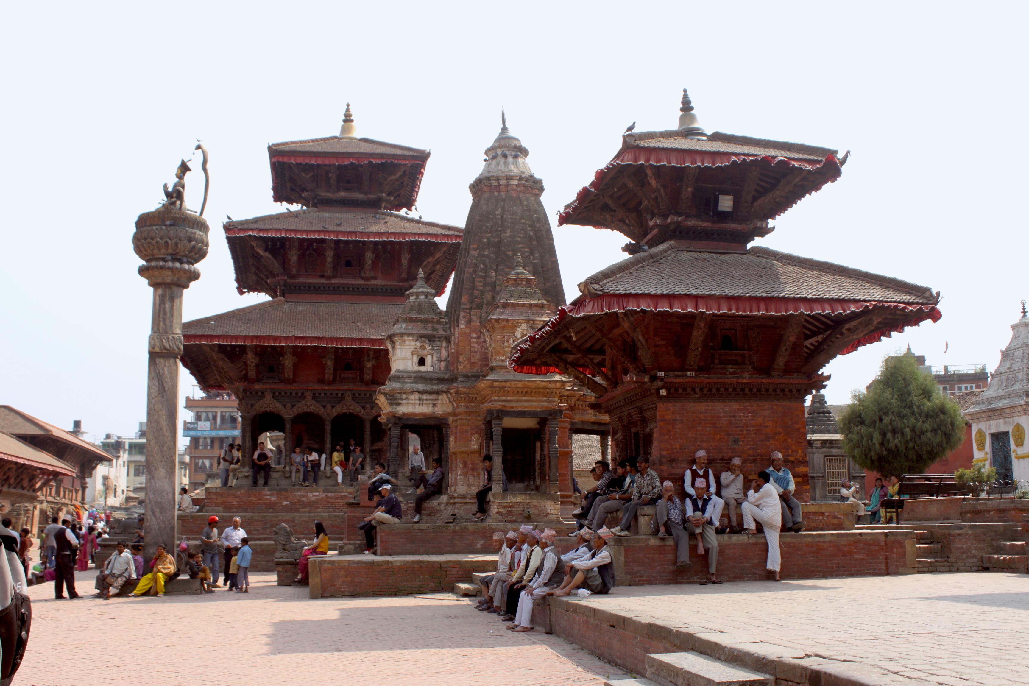 La vita che passa all'ombra dei templi della Durbar Square di Patan