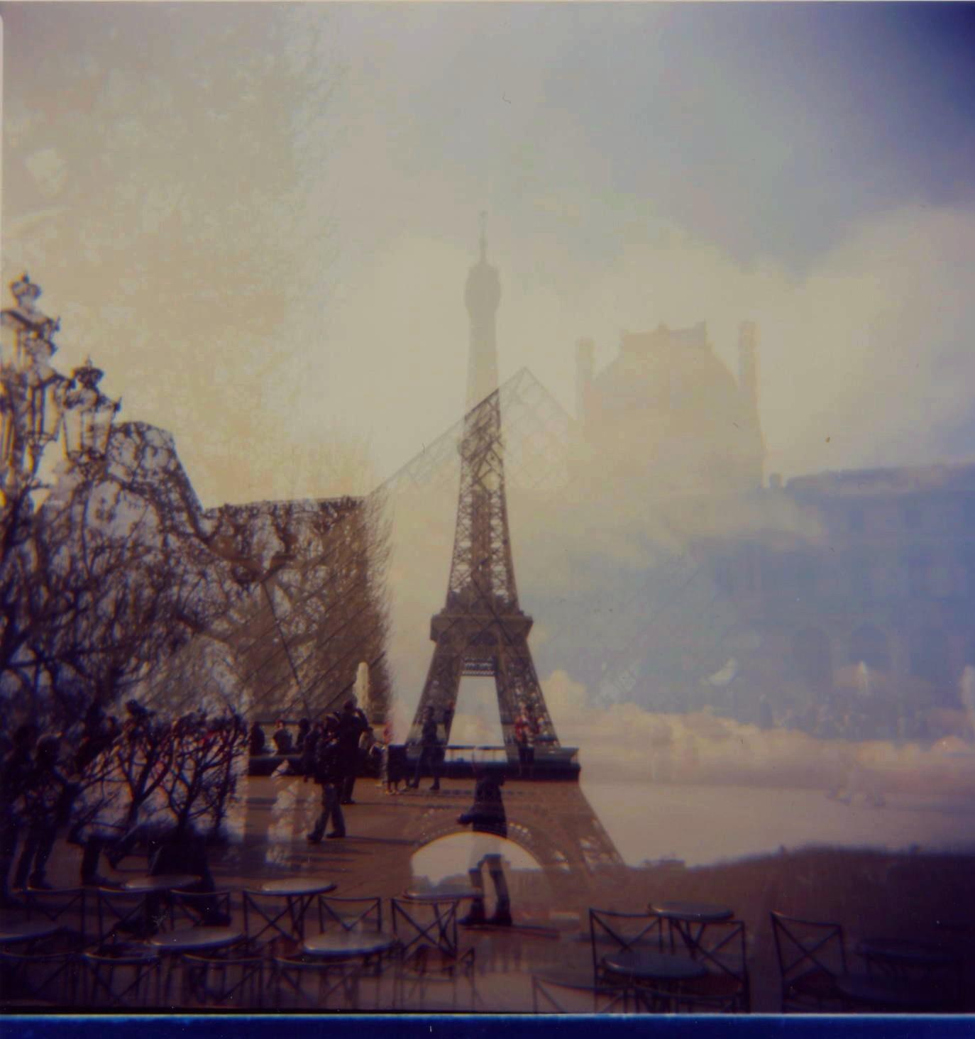 Doppia esposizione con una Lomo Holga: Tour Eiffel e la Piramide del Louvre