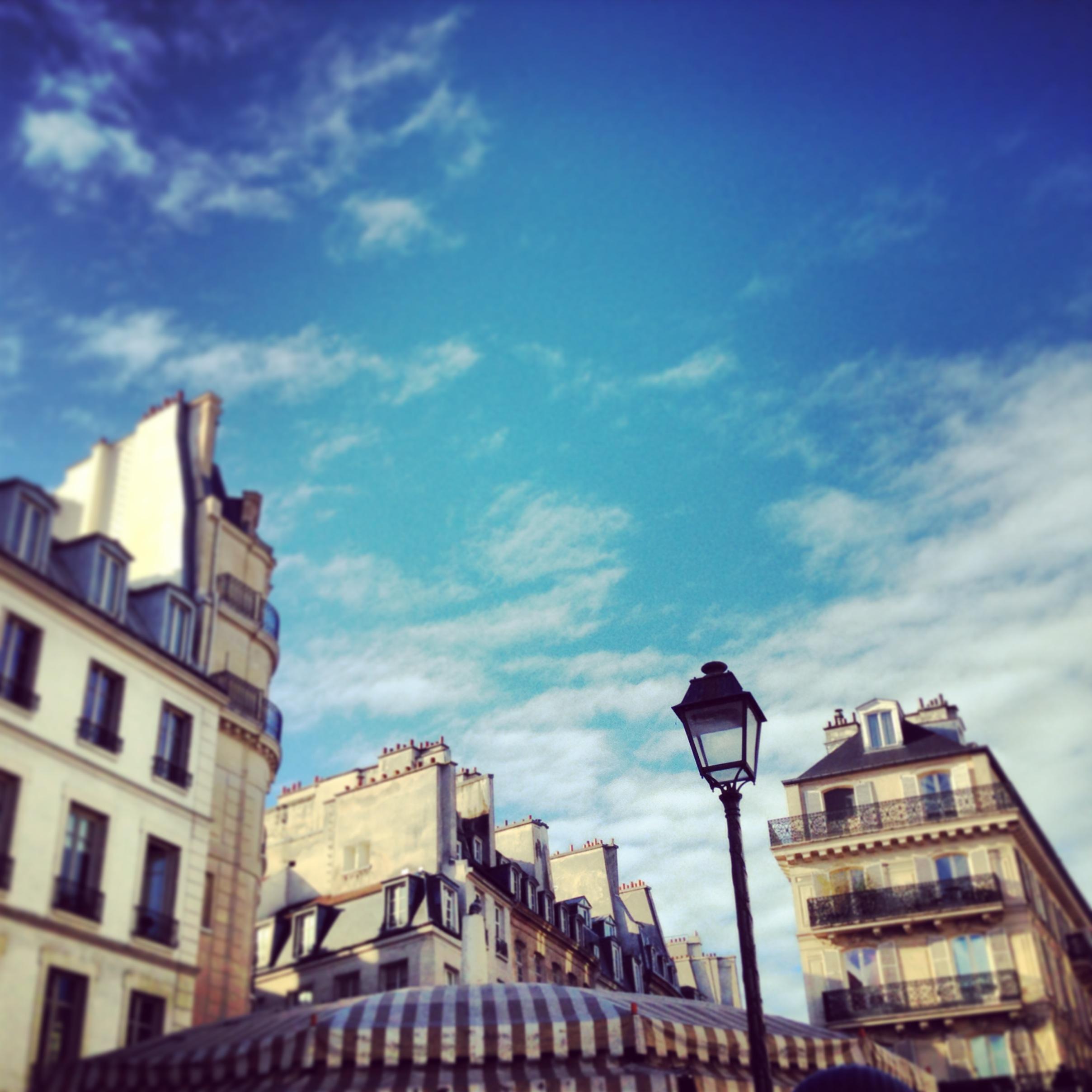 Felicità è quando la mattina metti fuori il naso nell'aria fresca e il cielo di Parigi ti saluta così