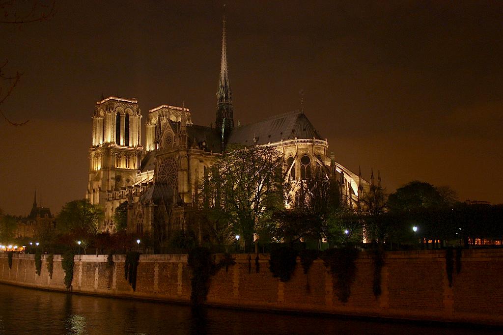 Parigi di notte non dorme, si riposa (ma sempre con eleganza)