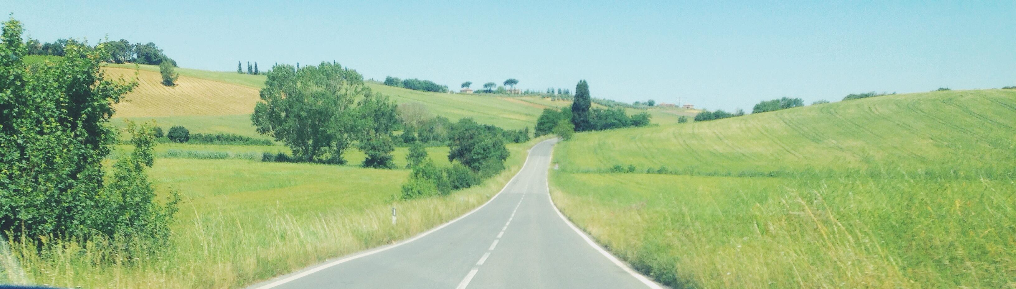 strada tra le colline toscane