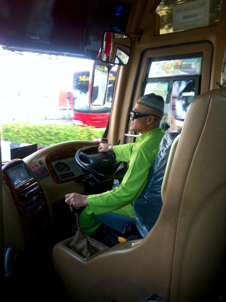 Io lo so che questa non è una bella foto ma lui è l'autista del nostro bus da Malacca a Singapore ed era troppo matto per non metterlo tra la top ten di Singapore