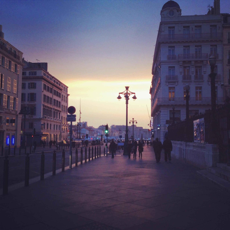 La Canebière di Marsiglia, passeggiando verso il porto, al tramonto