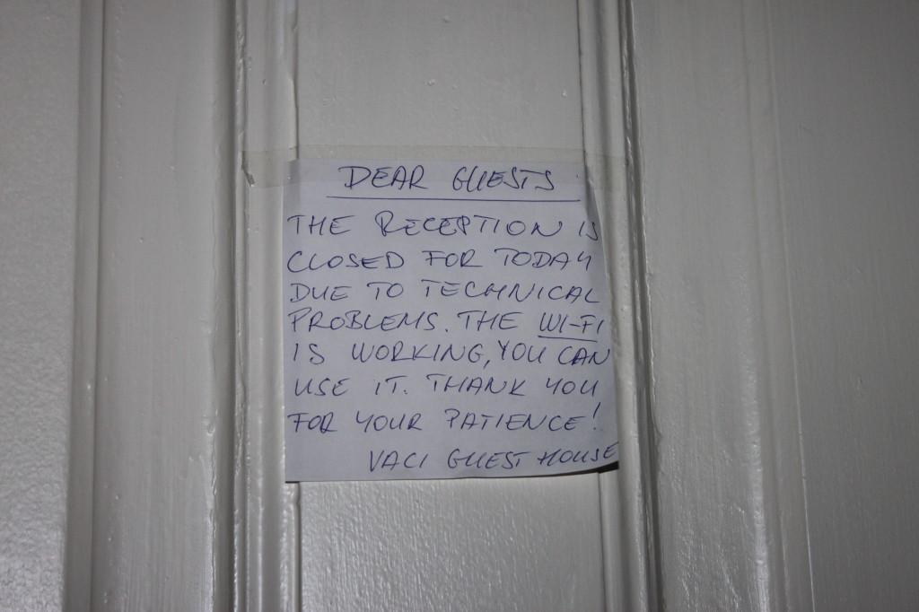 Scusate, questa è una foto brutta, ma non potevo non metterla. È il biglietto che abbiam trovato due ore prima della partenza del nostro aereo per tornare a casa sulla porta della reception. Con le nostre valigie chiuse dentro a chiave.