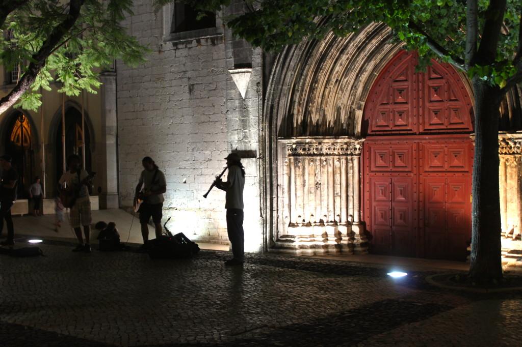 Largo do Carmo: quattro compagni di viaggio, aperitivo con la sangria, musica dal vivo