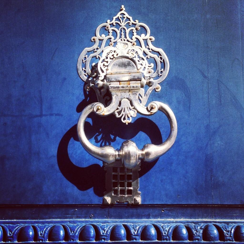 Le porte di Bordeaux sono colorate e raffinate e belle, ti viene voglia di bussare e poi invece le fotografi solo